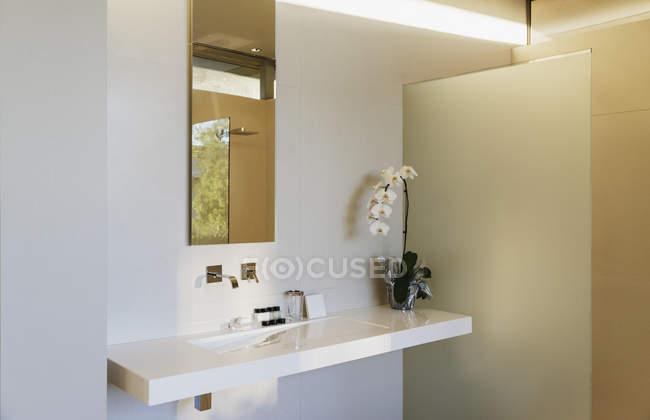 Torneira e pia no interior de casa de banho moderna — Fotografia de Stock