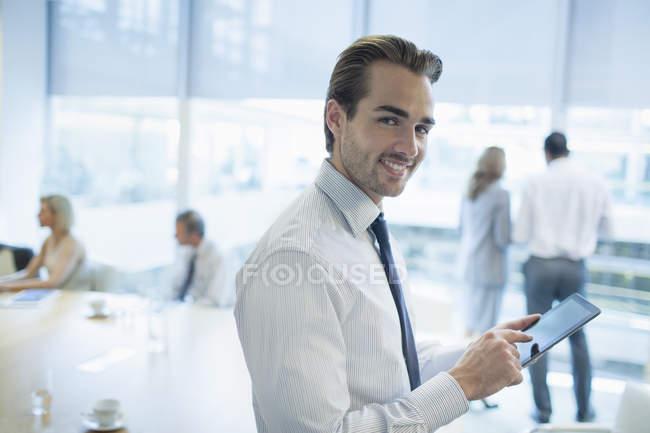 Бизнесмен с помощью цифрового планшета в офисе — стоковое фото