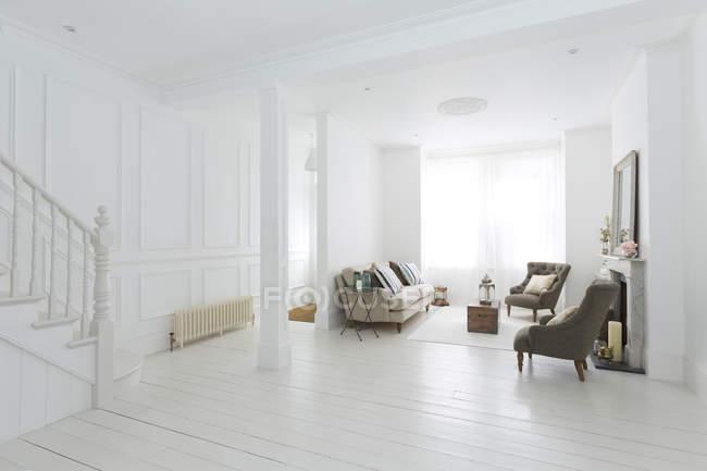 Мебель в белой гостиной — стоковое фото