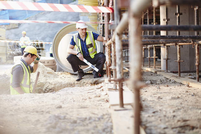 Construction workers working at construction site — Stock Photo