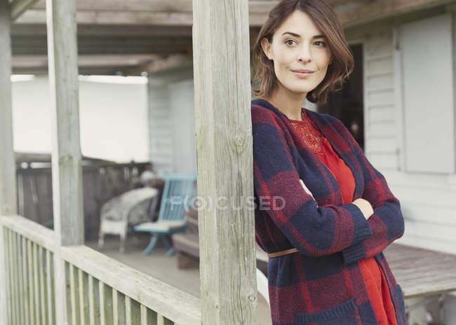 Nachdenkliche Frau im Pullover schaut auf Veranda weg — Stockfoto