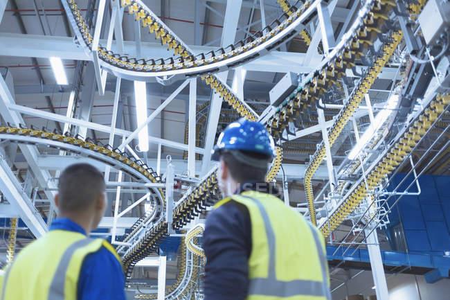 Работники, глядя на обмотки печать пресс конвейерные накладные расходы — стоковое фото