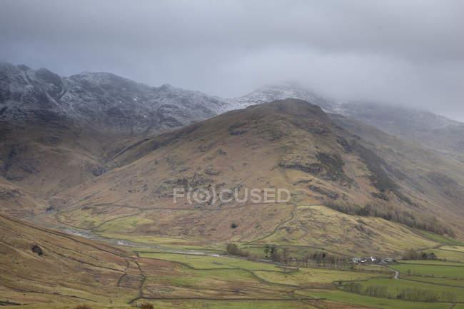 Colinas e montanhas durante o dia — Fotografia de Stock