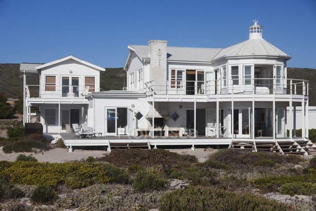 Beautiful luxury beach house facade — Stock Photo