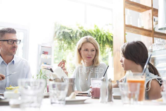 Семья, едят обед в кафе таблицы — стоковое фото