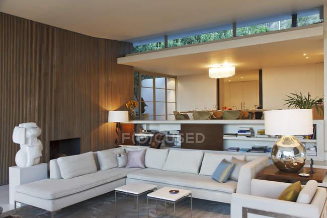Moderna sala de estar dentro de casa — Fotografia de Stock