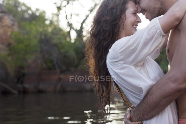 Paar umarmt sich tagsüber am Ufer — Stockfoto