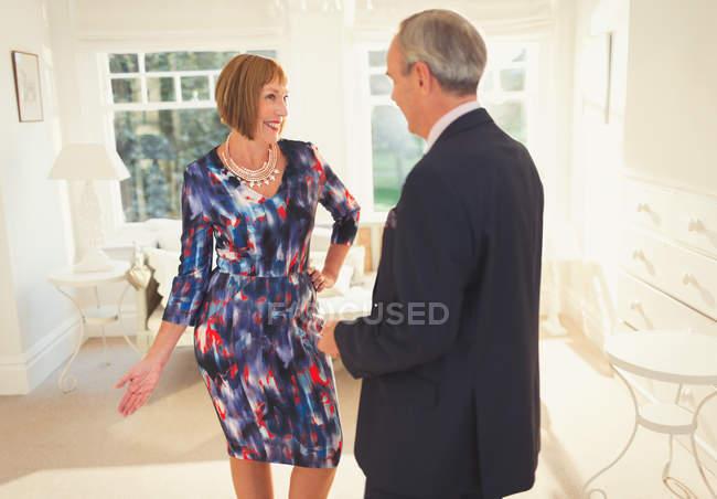 Gut gekleidete reife Frau posiert für Ehemann — Stockfoto