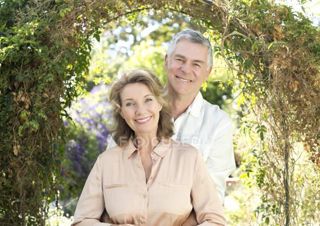 Ritratto di sorridente coppia anziana in giardino — Foto stock