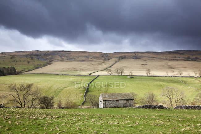 Nuvens se reunindo sobre campos rurais — Fotografia de Stock