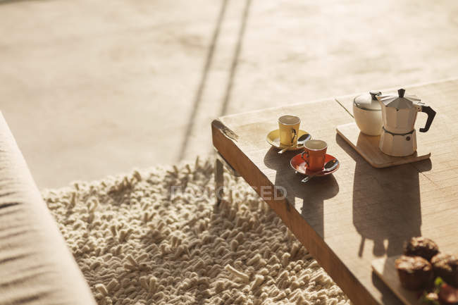 Cafetière et tasses à expresso sur la table basse dans le salon — Photo de stock