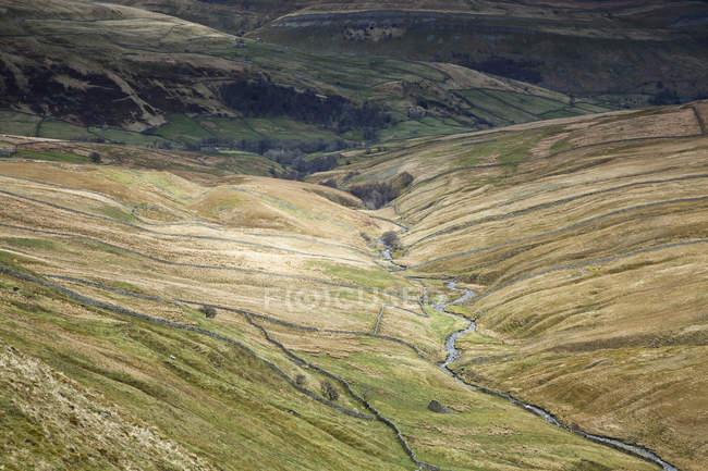 Vale do rio na paisagem rural — Fotografia de Stock
