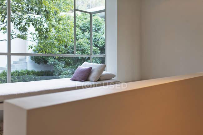 Окно сиденья с видом на внутренний двор — стоковое фото