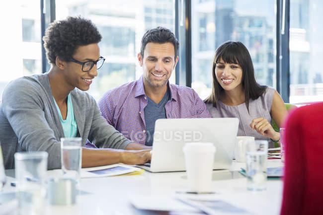Ділових людей, використовуючи ноутбук у зустрічі в сучасному офісі — стокове фото