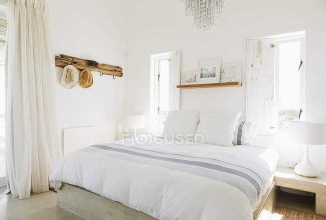 Chambre moderne à l'intérieur pendant la journée — Photo de stock