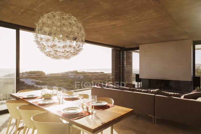 Современная столовая и гостиная с видом на океан — стоковое фото