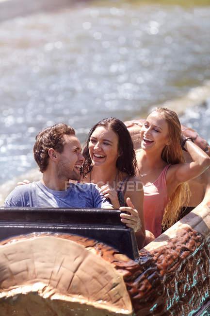 Amis humides en riant sur le parc d'attractions journal ride — Photo de stock