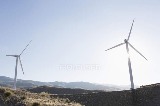 Turbinas eólicas girando na paisagem rural — Fotografia de Stock
