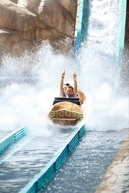 Jeune enthousiaste CIRC. eau journal parc d'attractions ride — Photo de stock