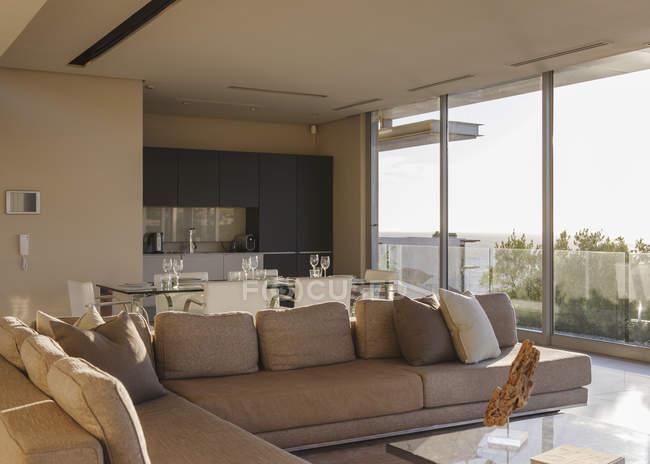 Sofa und Esstisch im modernen Wohnzimmer — Stockfoto