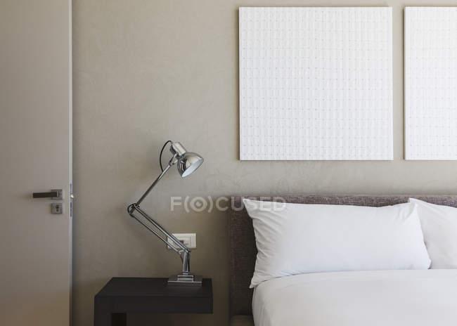 Lâmpada e parede arte no interior do quarto moderno — Fotografia de Stock