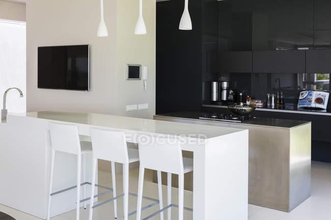 Bar per la colazione interiore moderno della cucina — Foto stock