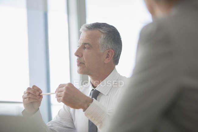 Uomo d'affari che parla in riunione — Foto stock