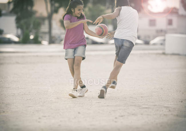 Bambini che giocano nella sabbia — Foto stock