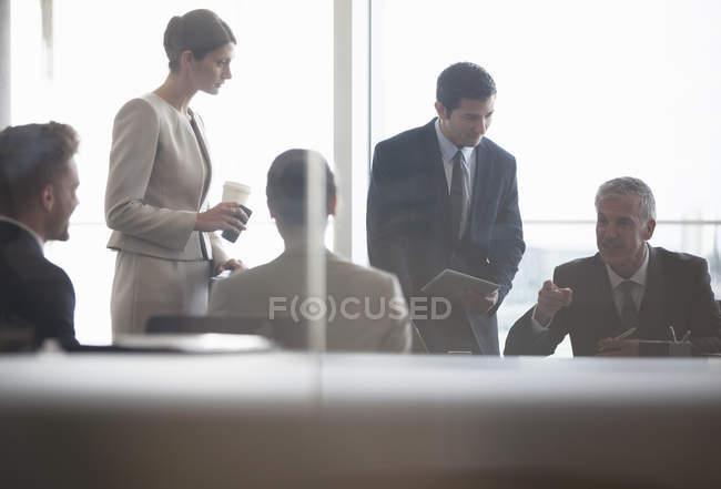 Les gens d'affaires parlent en réunion — Photo de stock