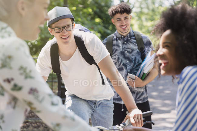 Amigos paseando en el parque - foto de stock