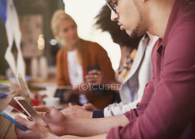 Mann mit digitalen Tablet und Handy im café — Stockfoto