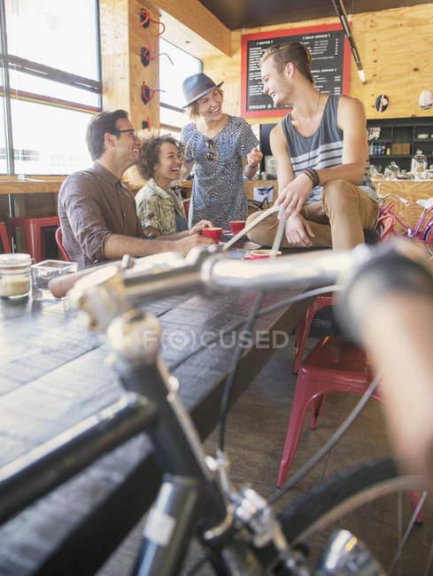 Amici appendere fuori al café — Foto stock