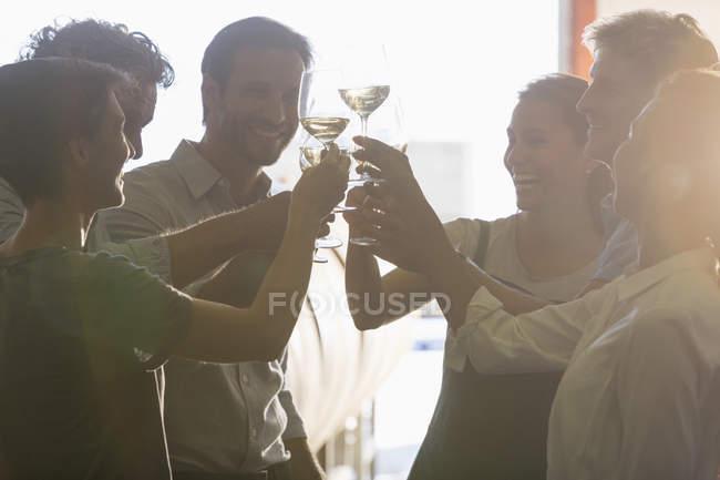Amigos brindar copos de vinho — Fotografia de Stock