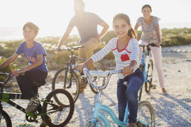 Семейные велосипеды на солнечном пляже — стоковое фото