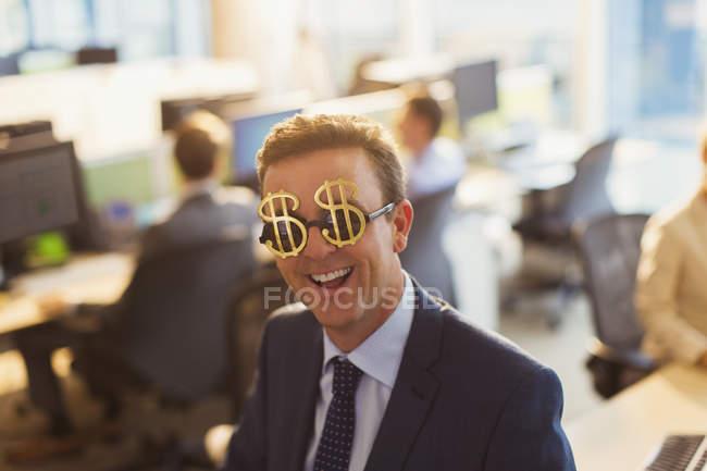 Портрет, улыбаясь бизнесмен носить очки знак доллара в офисе — стоковое фото