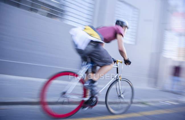 Bicicleta mensageiro acelerando rua urbana — Fotografia de Stock