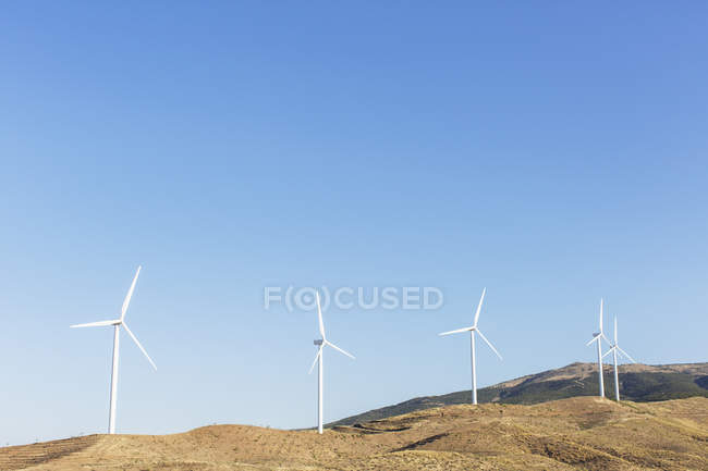 Turbine eoliche che ruotano nel paesaggio rurale — Foto stock