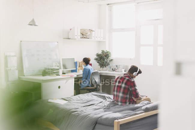 Giovani adulti che studiano in appartamento — Foto stock