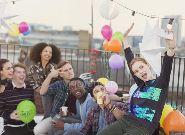 Энтузиазм молодых взрослых друзей, делающих селфи на вечеринке на крыше — стоковое фото