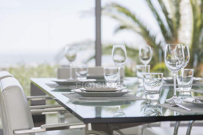 Gedeckter Tisch im modernen Speisesaal — Stockfoto
