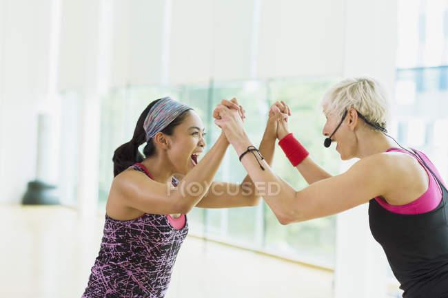Istruttore di fitness esuberante e studente celebrando — Foto stock