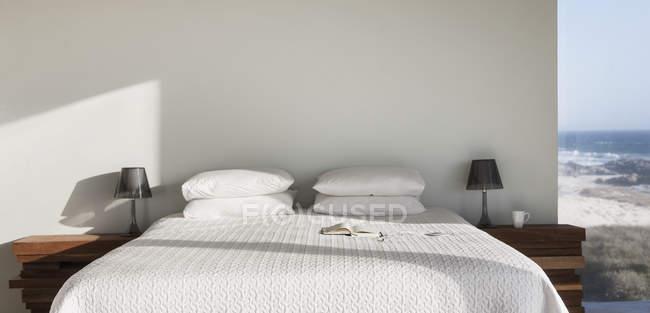 Ver os sol brilhando na cama branca com oceano — Fotografia de Stock