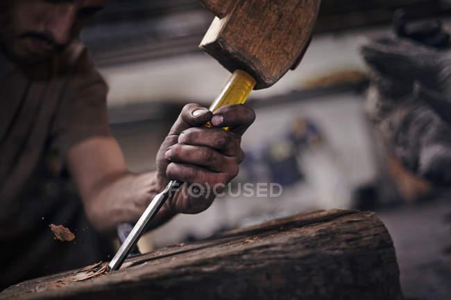 Крупним планом ковальські chiseling дерева з інструмент — стокове фото