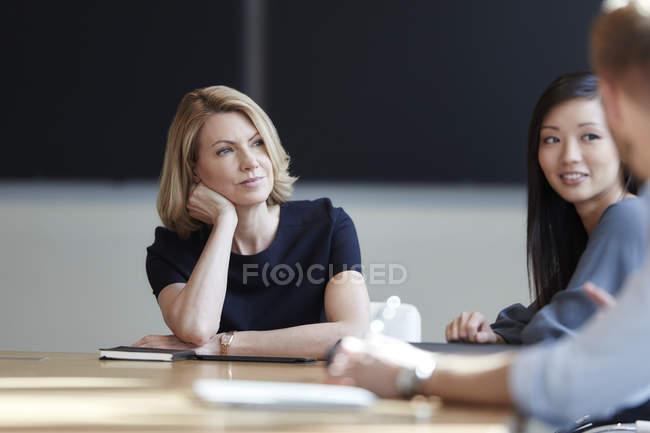 Femme d'affaires attentif à l'écoute en réunion — Photo de stock