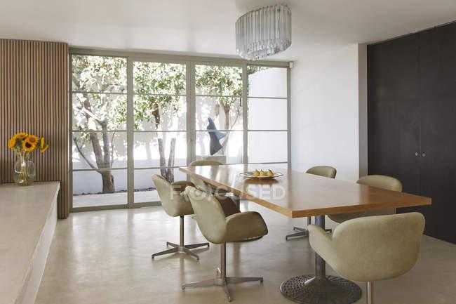 Moderna sala da pranzo all'interno durante il giorno — Foto stock