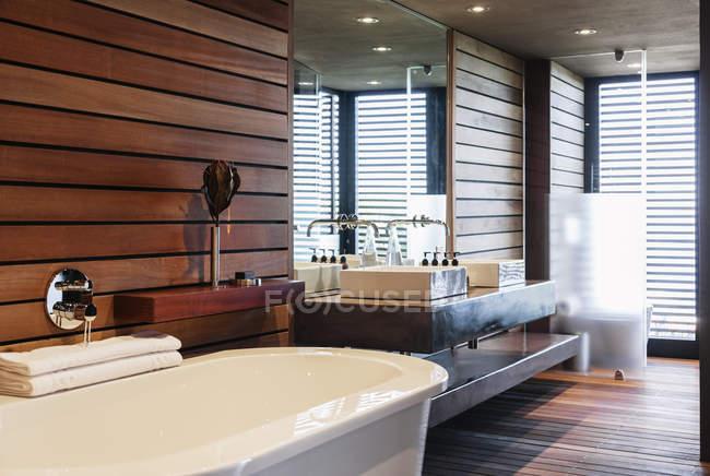 Bathtub and sinks in modern bathroom — Stock Photo