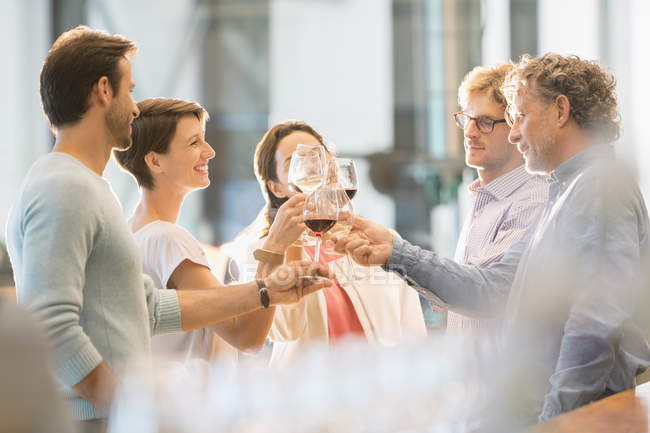 Amigos brindando com taças de vinho — Fotografia de Stock