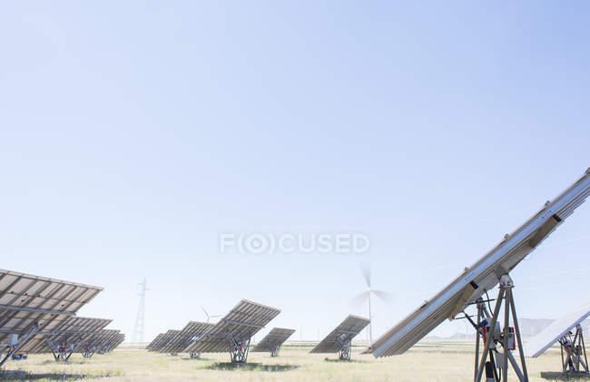 Panneaux solaires dans le paysage rural — Photo de stock