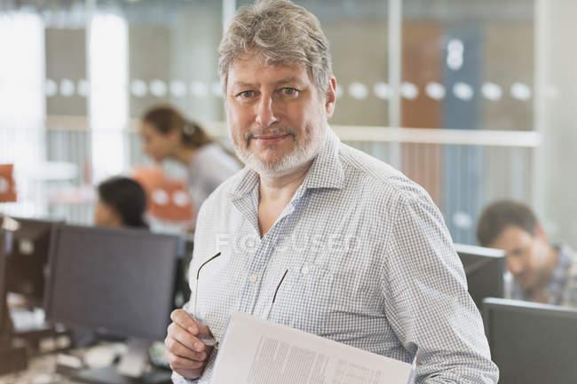 Портрет впевнено людина в комп'ютерному класі освіти дорослих — стокове фото