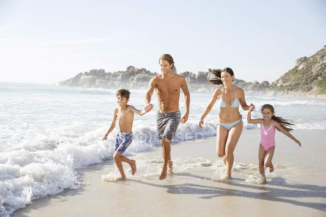 Famille qui coule en vagues — Photo de stock